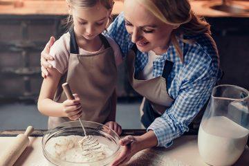 """Vamos aprender a preparar mais uma receita com aramados de cozinha? Prepare-se, pois estamos prestes a comemorar no dia 26 de julho, o """"Dia dos Avós"""", que com certeza são parentes especiais em nossas vidas, e para homenageá-los vamos aprender uma receita clássica e cheia de lembranças."""